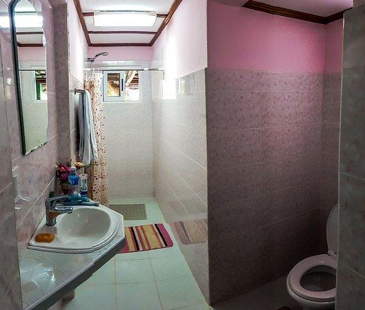 Room 2 ensuite bathroom