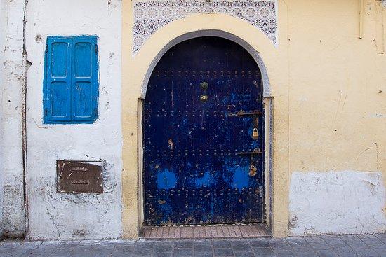 Medina de Esauira: blue door in the medina