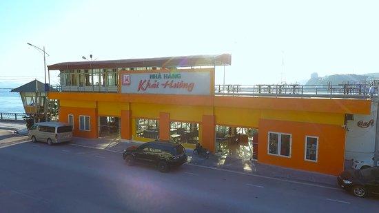 Mặt tiền nhà hàng, bãi đỗ xe rộng rãi có sức chứa lên đến 100 ô tô.