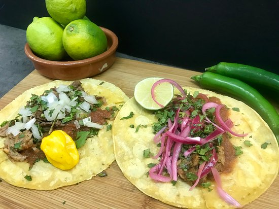 Tacos de suadero y cochinita pibil con cebolla encurtida.