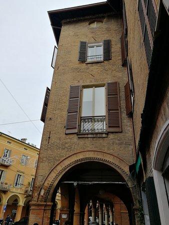 Un'edificio con i portici e archi sottostanti