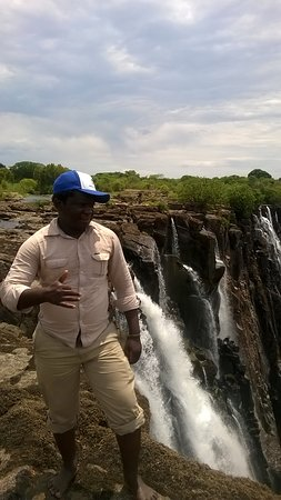 Zâmbia: WALKING ON EDGE OF THE MIGHTY ZAMBEZI RIVER