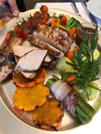Grosse Côte de Porc Rôtie à l'Orange (300 g/pers.) sur Farandole de Légumes Confits.