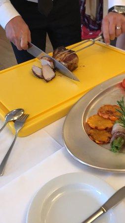 Grosse Côte de Porc Rôtie à l'Orange (300 g/pers.) sur Farandole de Légumes Confits. Tranché en Salle