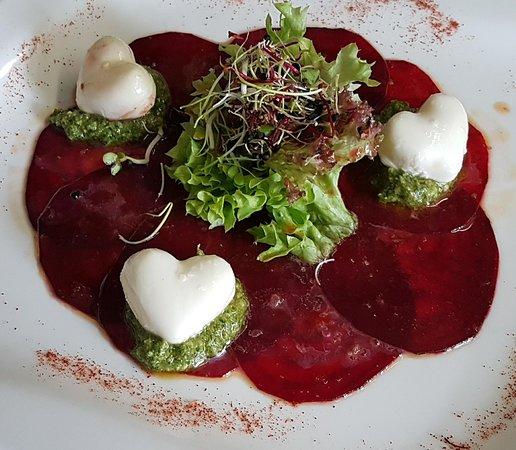 Randen-Carpaccio mit Mozzarella-Herzen und Baumnuss-Rucola-Pesto