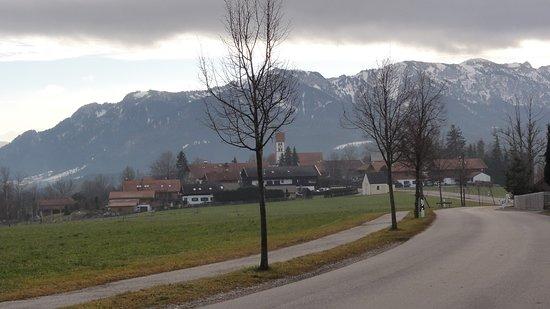 Wackersberg b Bad Toelz, Alemania: Wackersberg, approaching Pension Willibald