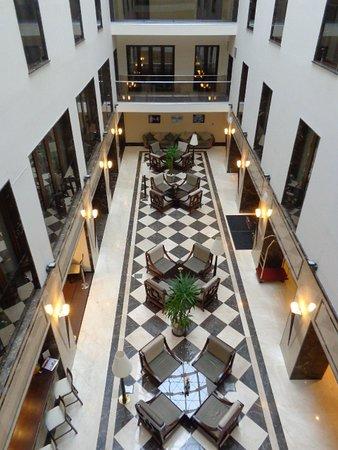 Europa Royale Bucharest: ホテルの中は吹き抜けになっています。