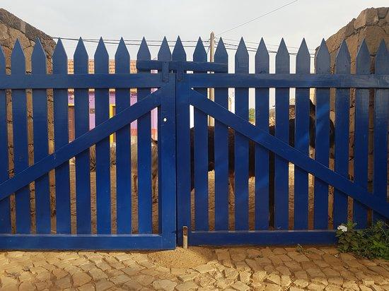 Vila do Maio, Cape Verde: uno dei cancelli di entrata, dove tutte le mattine trovi gli asinelli che chiedono l'acqua