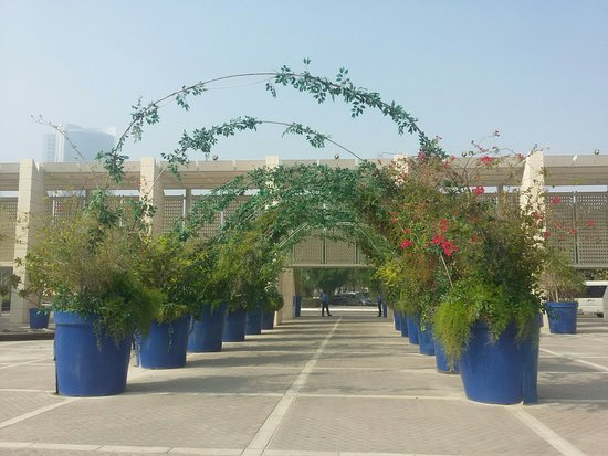 Bahrain National Museum: Симпатичная арочка перед входом в музей