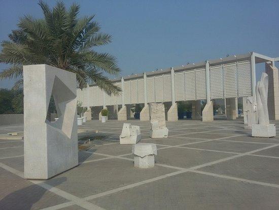 Bahrain National Museum: Выставка современного искусства перед музеем
