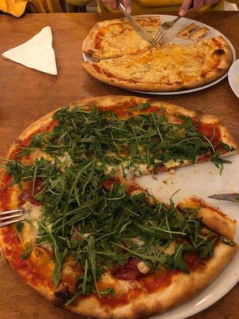 Abcoude, The Netherlands: Twee uitmuntende pizza's! Pizza Rene en een Quatro Formaggi. De pizzabodem ia echt authentiek en verrukkelijk. Echt een aanrader!