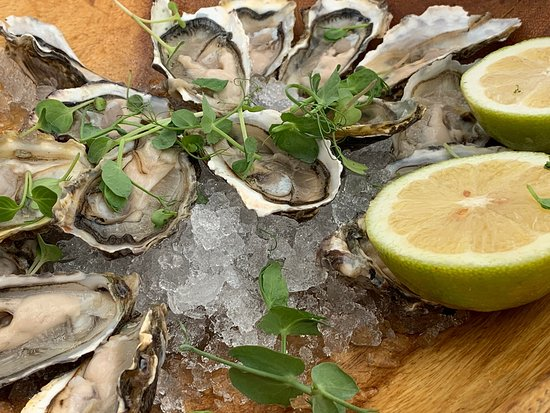 Clifton, Afrique du Sud : An amazing entree of oysters followed by simply the best sea food platter with friendly and professional service.  I don't believe you can have a better view with great food.  A brilliant atmosphere and great music mix by the resident  dj