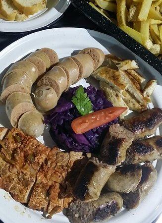 Parrillada de salchichas, carne adobada, arrachera y pollo