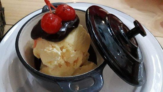 Helado de vainilla con salsa de chocolate