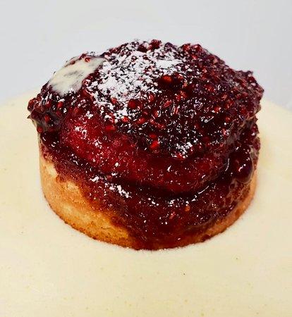 New Forest, UK: Jam sponge with custard