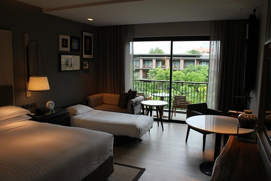 Hua Hin Marriott Resort & Spa: Rooms are set in natural and light tones while natural wood and white marble are the predominant materials in the room's furnishing. Altogether this creates a warm and relaxing atmosphere.