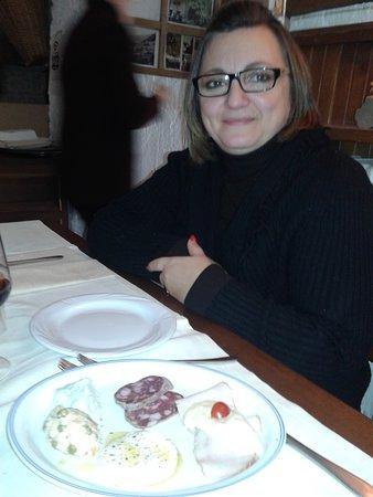 Usseaux, Italie : Rosy in attesa di gustare l'antipasto