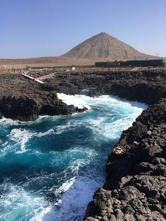 basen lawowy i w tle ocean