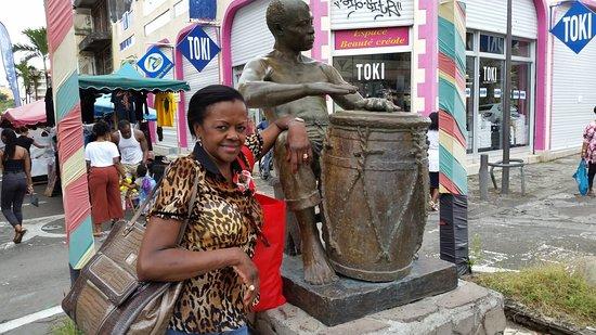 Pointe-à-Pitre, Guadeloupe: Musica ed arte in una piazza di Pointe a pitre