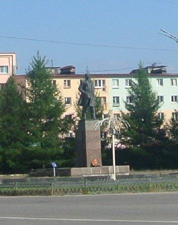 Памятник Ленину на Центральной площади Мончегорска