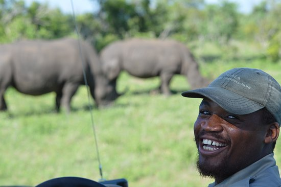 Ngala Private Game Reserve, Südafrika: Our Ranger Ruel getting us close and personal to the Big 5. Incredible!