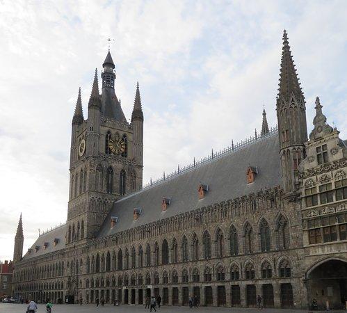 พิพิธภัณฑ์ทุ่งฟลานเดอร์: The rebuilt Cloth Hall, a gem of Ypres and today the site of the world war one museum, In Flanders Field, and the city history museum.