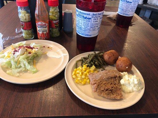 Georgetown, Джорджия: Fried catfish, potato salad, corn, green beans, hush puppies, green salad and sweet tea