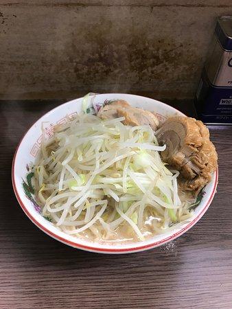 届いた時点で、麺は見えない。友人のアドバイスに従い、まずひっくり返して麺を食べた。もやしやチャーシューがスープにひたり、好みの食べ方だった。
