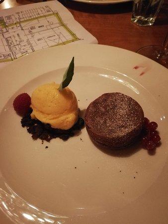 Hünibach, Ελβετία: Innen flüssiger Schokoladenkuchen mit Kakiglace