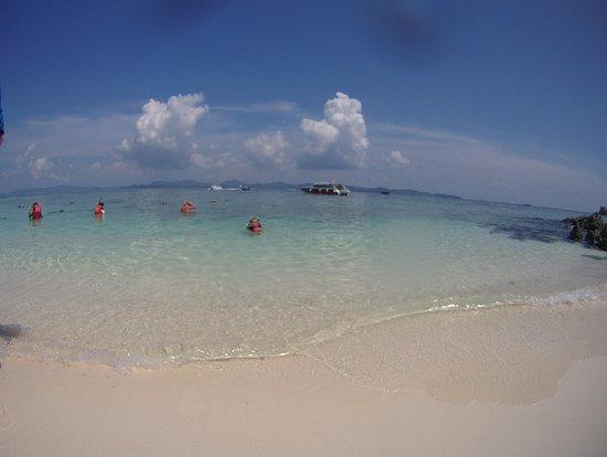 Khai Island: ボート停泊側のビーチ
