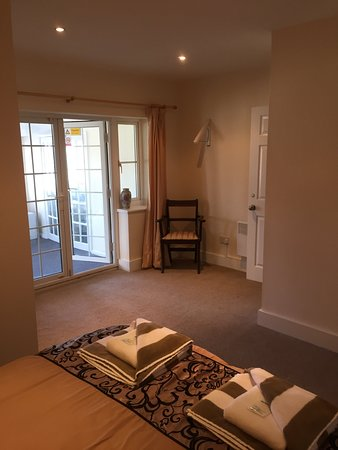 Suit 5 kings suit, with private dining room, pull down sofabed, ps3 games console and exit to shared patio
