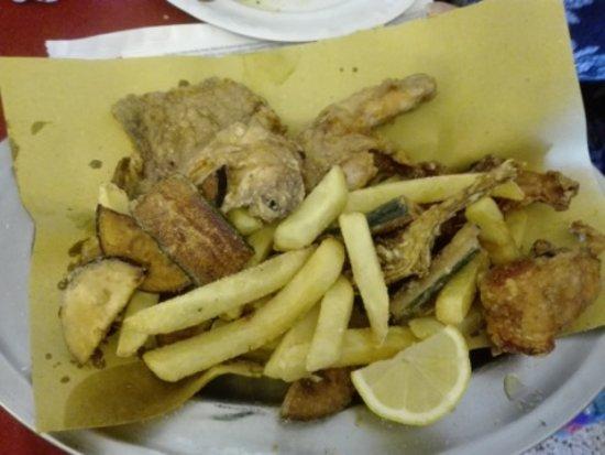 San Godenzo, Italy: coniglio e pollo fritti con le loro verdure miste