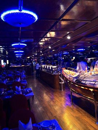 New Year's Eve Celebration: Deluxe Marina Dinner Cruise: Vue intérieure de la boutre