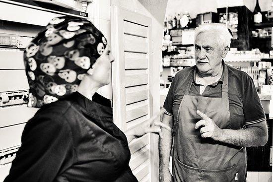 Roccatederighi, Italie : A colloquio con il macellaio