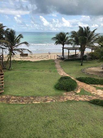 Vista do meu bangalo para o gazebo e a praia
