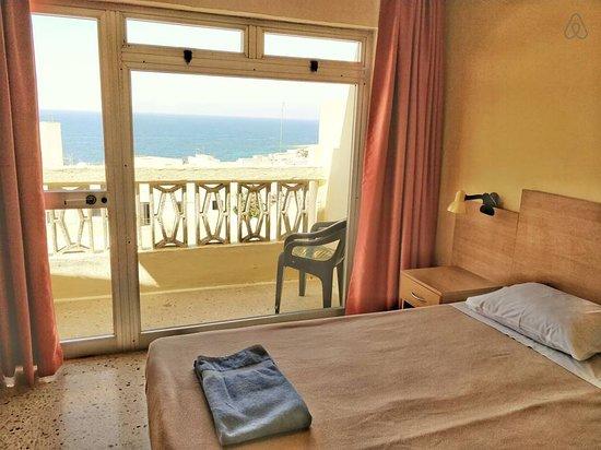 bedroom; one bedroom apartment