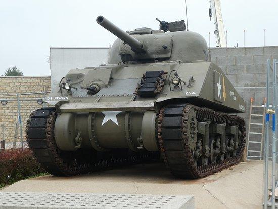 Airborne Museum: Un char non loin de l'entrée du musée.