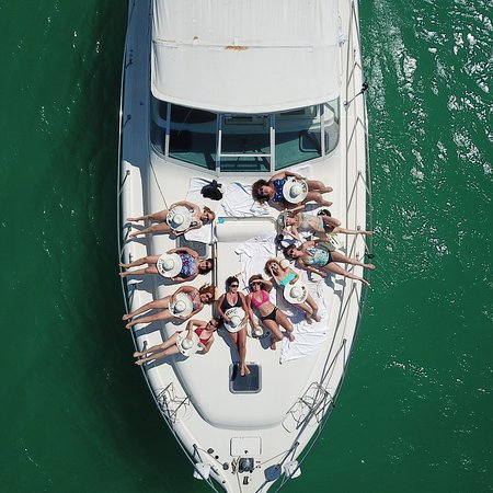 Enjoy with all your friends an incredible day at sea.