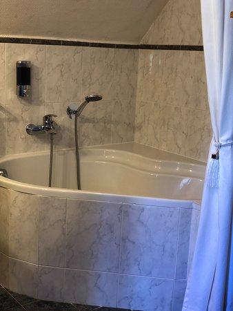 Salle de bain avec baignoire d'angle chambre supérieur N°9 et N°10