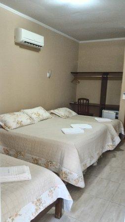 Apartamento 20 ( Quádruplo), recém reformado, acomoda até quatro pessoas, sendo uma cama de casal + duas camas de solteiro ou quatro camas de solteiro. Apartamento localizado no 2° andar, possui ar-condicionado split e Smart TV 32''.