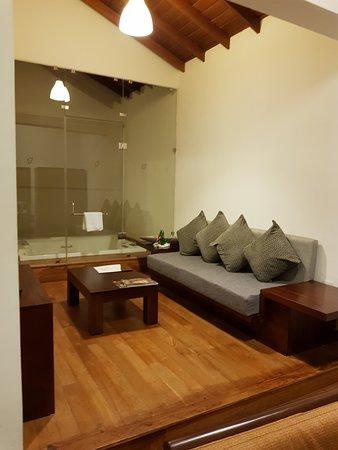 Amaranthé Bay Resort: coin salon côté jacuzzi