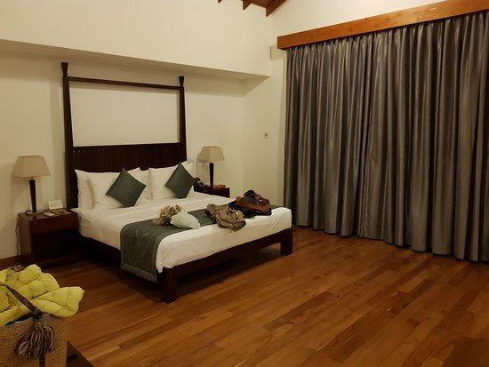 Amaranthé Bay Resort: partie chambre épurée