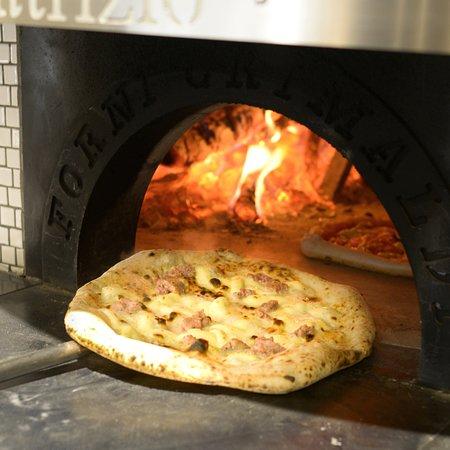 La pizza appena sfornata.