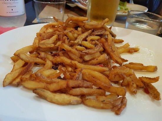 Villenave D'ornon, France: Frites servies avec steak tartare