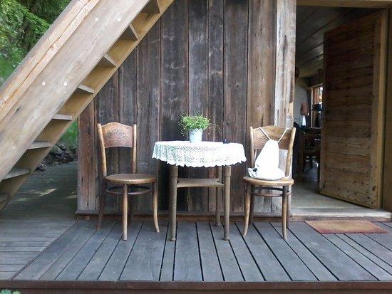 Pieskowa Skala, Polandia: Stolik i krzesła zachęcają do tego by usiąsc i odpocząc przy filiżance herbaty.