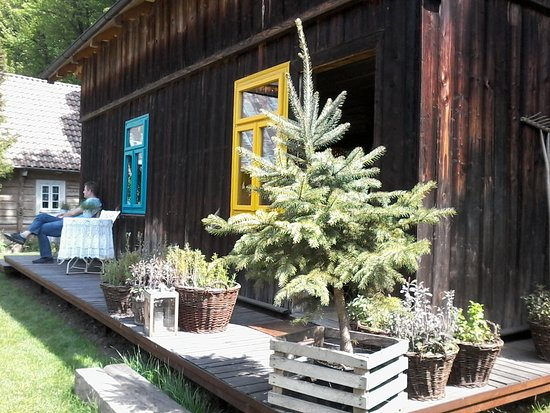 Pieskowa Skala, Polandia: Stary drewniany dom który zaadaptowano na kawiarnię.