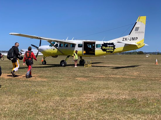 16500ft Skydive - 70 Seconds of free fall: Loading up...