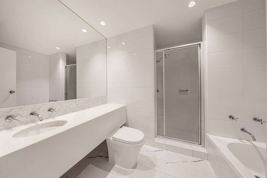 vibe hotel sydney executive and master room bathroom