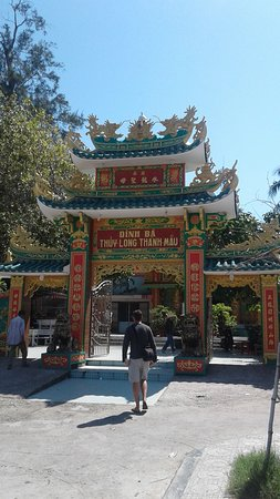 Dinh Ba Thuy Long Thanh Mau: Entrance gate to grounds and Dinh Ba Temple