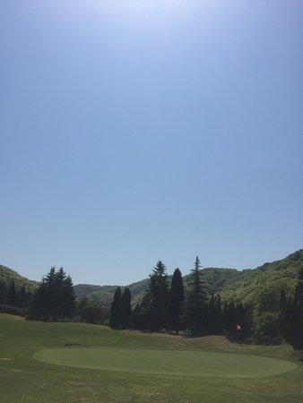 Himeji, Japan: 姫路書写ハートフルゴルフクラブは平成29年6月にリニューアルオープンし、アメリカンカジュアルスタイルへと変わりました。スルースタイルでカジュアルな服装でOK!平日3,650円、土日祝6,650円のお手頃価格ですので是非練習にお越し下さい。レストランがありませんのでクラブハウス内の自動販売機で軽食を購入して頂くか、お客様自身でお弁当等を持参して頂くようお願い致します。